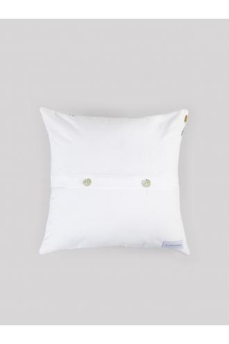 Fermeture bouton coussin bleu fleurs blanches broderie dorée Les pensionnaires